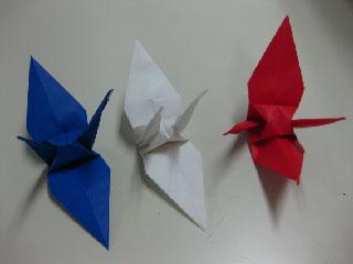トリコロール色の鶴