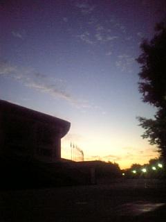 スタジアムと朝日