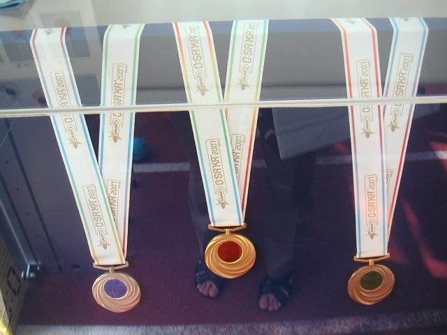 金(中央)、銀(左)、銅(右)メダル
