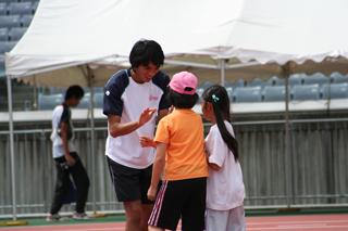 ボール投げ会場でアカデミー生を応援する醍醐選手
