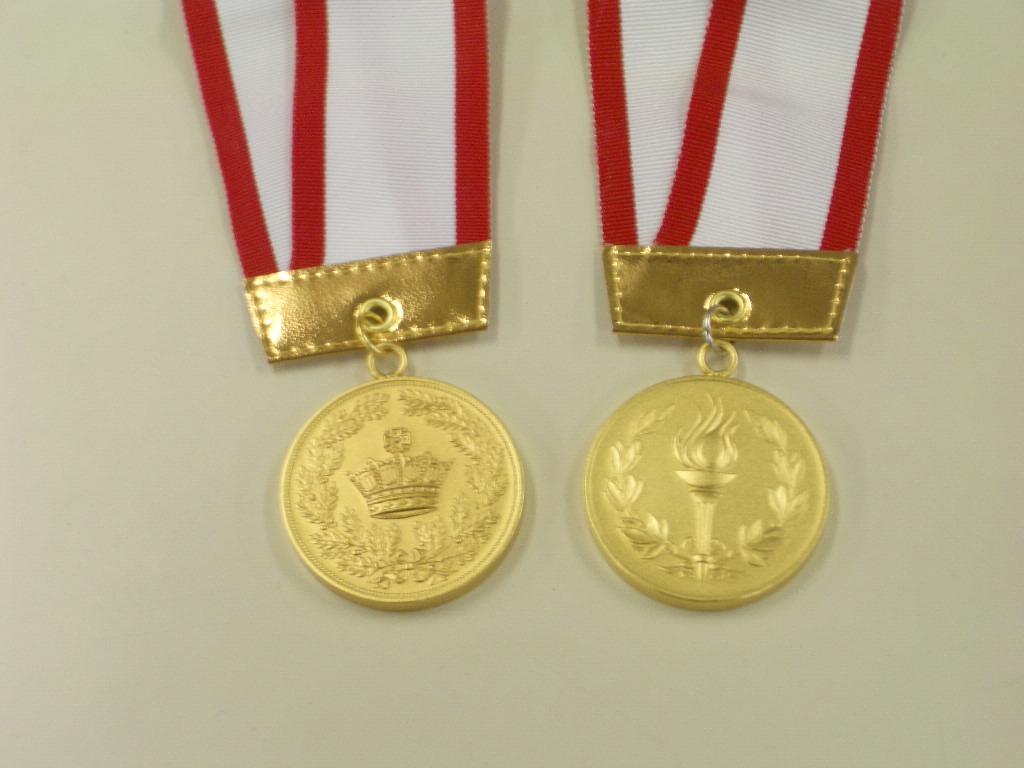 左:優勝メダル(王冠)、右:区間賞(トーチ)
