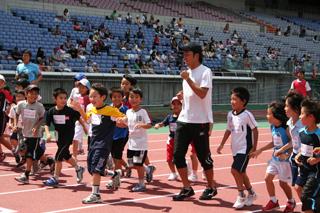 G1の子供たちとウォーミングアップする末續選手