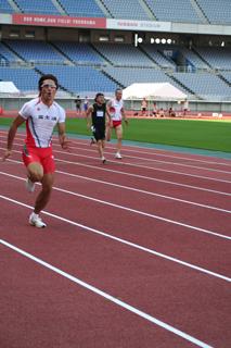 100mトライアルでG5の皆さんと共に走る塚原選手